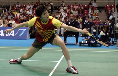 图文:中国胜印尼进决赛 鲍春来在比赛中回球
