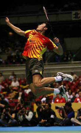 图文:中国胜印尼晋级决赛 林丹比赛中回球