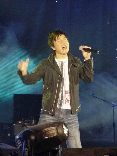 太麦群星唱响朝阳音乐节 万名歌迷冒雨观看