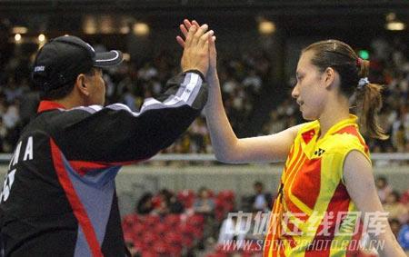 图文:尤伯杯中国五连冠 谢杏芳与李永波击掌