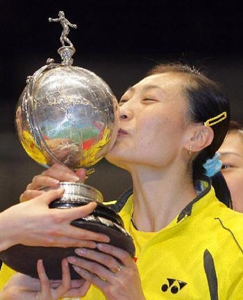 图文:尤伯杯中国队五连冠 张宁亲吻奖杯