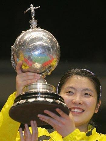 图文:尤伯杯中国五连冠 蒋燕皎高举冠军奖杯