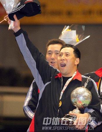 图文:尤伯杯中国五连冠 李永波振臂高呼