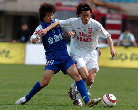 图文:沈阳主场0-2长春 杨福生逼抢对手