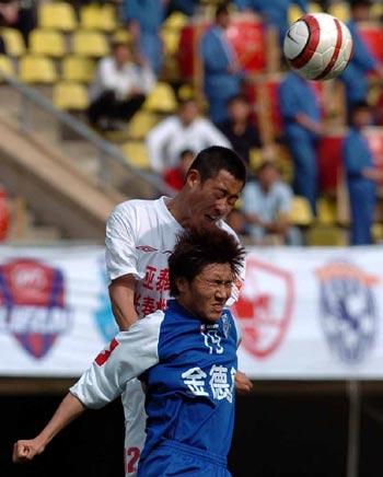 图文:沈阳主场0-2长春 双方争顶头球
