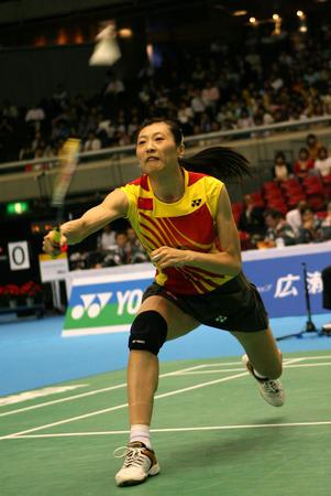 图文:尤伯杯中国五连冠 张宁比赛中回球
