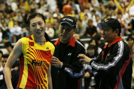 图文:尤伯杯中国五连冠 张宁接受李永波祝贺