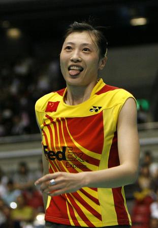 图文:尤伯杯中国五连冠 张宁比赛中笑对失误