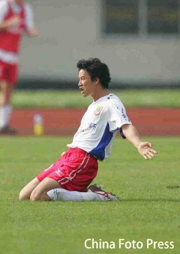 图文:武汉主场1-1战平厦门 邹侑根庆祝进球