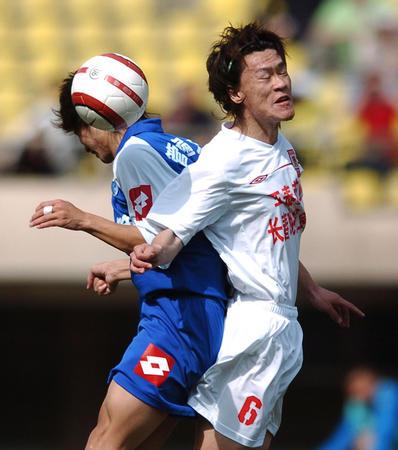 图文:长春2-0胜沈阳 王栋与对手争顶