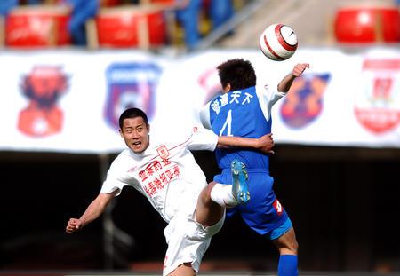 图文:长春2-0胜沈阳 双方队员在比赛中争顶