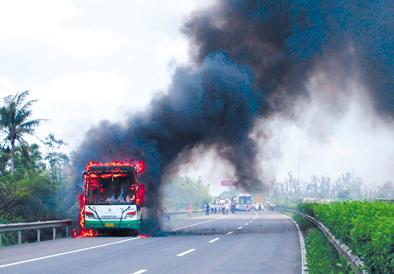 海南 大客车高速公路上 自燃 无人员伤亡
