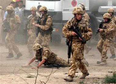 英直升机被击落4人死亡 伊拉克居民围攻救援队