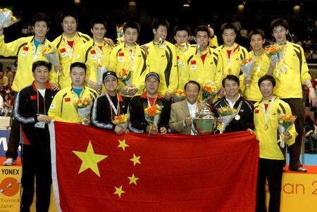 图文:中国勇夺汤姆斯杯 队员教练领奖台合影