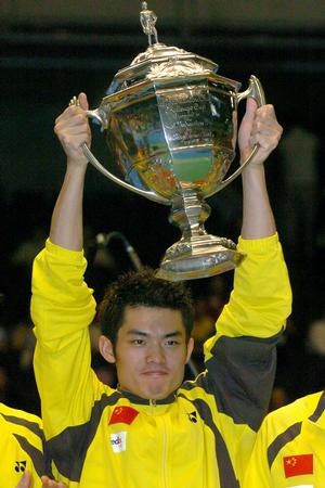 图文:中国勇夺汤姆斯杯 林丹高举奖杯