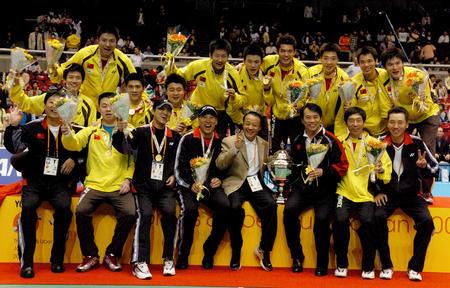 图文:中国第六次捧起汤姆斯杯 领奖台合影