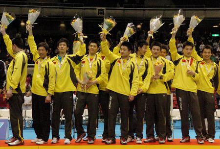 图文:中国第六次捧起汤姆斯杯 向观众致意