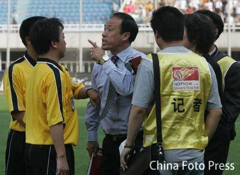 图文:国际4-2实德 福帅被罚出场林乐丰怒对主裁