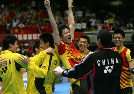 图文:中国男队勇夺汤姆斯杯 鲍春来兴奋不已