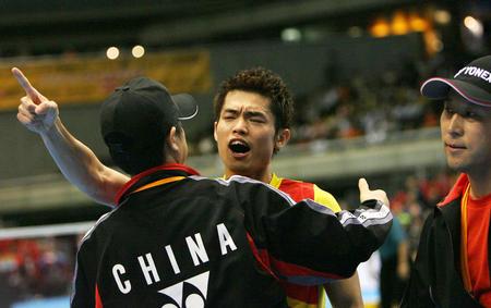 图文:中国男队勇夺汤姆斯杯 林丹与教练庆祝