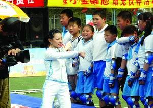 刘璇和小学生录节目 自信主持水准比何炅(图)