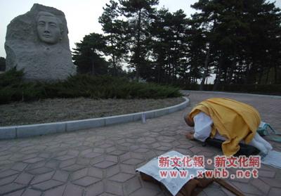 """日僧19次叩拜长春烈士谢罪 今祭""""万人坑""""(图)"""