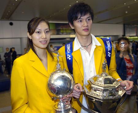 图文:中国羽球队携汤尤杯凯旋 谢杏芳和鲍春来