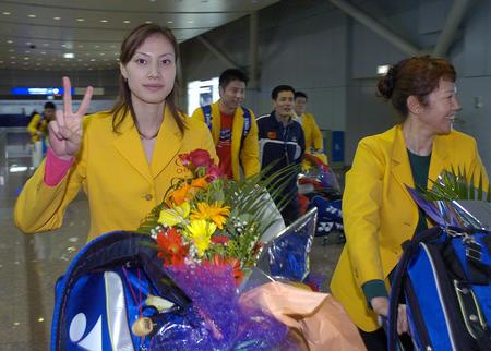 图文:中国羽球队携汤尤杯凯旋 谢杏芳在机场中