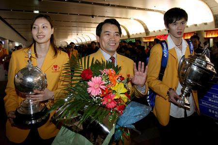 图文:中国羽球队携汤尤杯凯旋 刘凤岩和谢杏芳