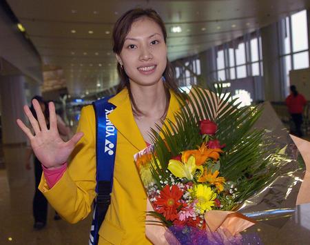 图文:中国队携汤尤杯凯旋 谢杏芳手捧鲜花