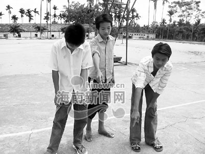 罚跪埃打女人_中学老师丢张铁床 10名学生半夜被罚跪挨打(图)-搜狐新闻
