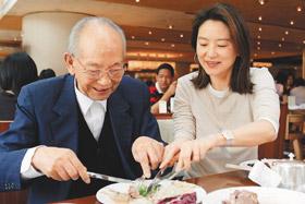 林青霞与老父相处点滴:陪他读报逗他开心(图)