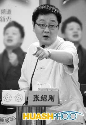 """张绍刚西安当评委 爱美女""""惹恼""""男选手(图)"""