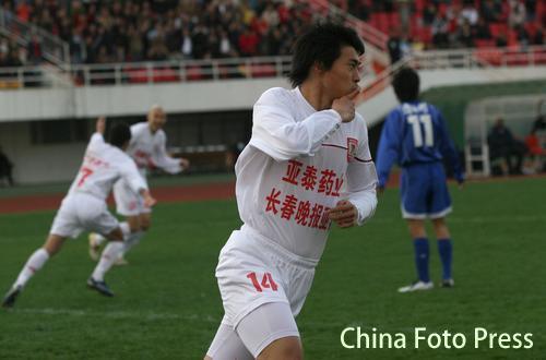 图文:长春亚泰3-1击败天津 曹添堡梅开二度