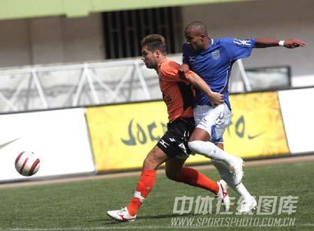图文:青岛主场0-0战平武汉 双方球员场上争抢