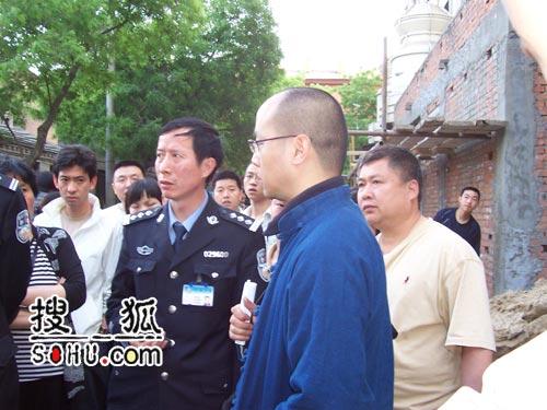 窦唯闯入《新京报》抗议 烧编辑私人车辆(图)