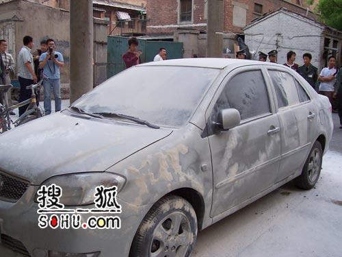 窦唯烧汽车被警方带走过程(图)