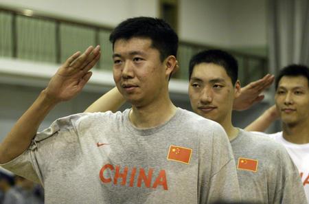 图文:国家男篮进行对抗赛 王治郅向观众敬礼