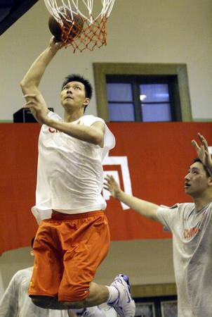 图文:国家男篮进行对抗赛 易建联比赛中上篮