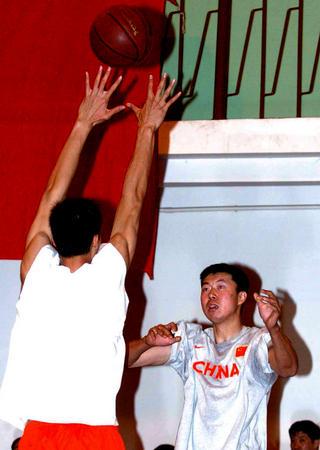 图文:国家男篮进行对抗赛 王治郅在比赛中防守