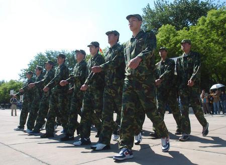 图文:国家男篮军训结束 男篮集训队队员