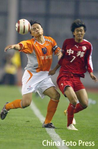 图文:上海联城主场0-0平深圳 双方在中场争抢