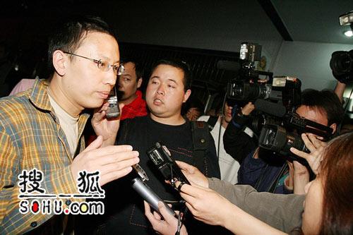 众媒体守候派出所外 新京报娱乐主编接受采访