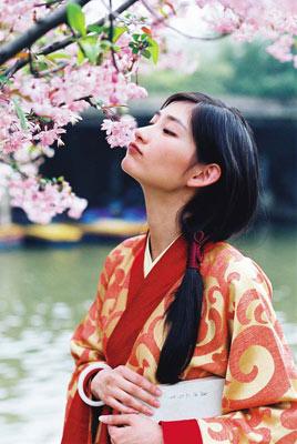 关于 春日/春日暖阳,洪亮的妻子梅梅身着汉服,花前留影