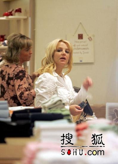 布兰妮见律师秘商离婚事宜 凯文处境尴尬(图)