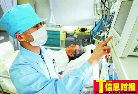 广州男护士受青睐 威严镇住病人却情场失意(图)