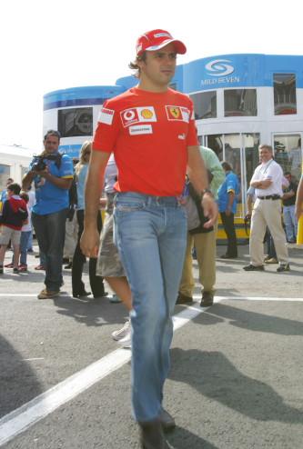 图文:F1西班牙站首次练习赛 马萨步入赛场
