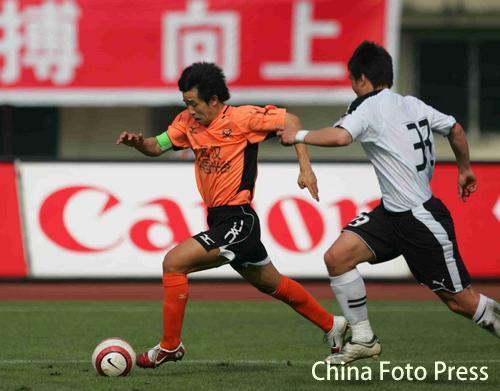 图文:武汉主场迎战上海联城 武汉队员带球突破