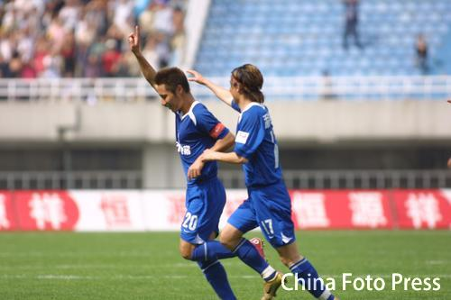 图文:西安国际1-1长春亚泰 国际球员庆祝进球