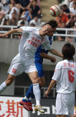 图文:西安主场1-1平长春 田野与对方争顶